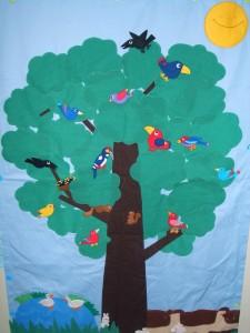 鳥と木のタペストリー(世界のバリアフリー絵本展2011展示作品)